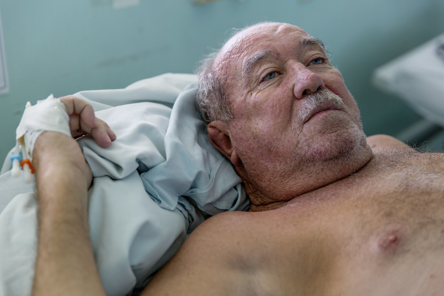 Roberto de Carvalho, aged 69, only recently discovered that he was diabetic after a foot injury. When this wound failed to heal, he was admitted to the hospital where he was then diagnosed with diabetes. He is still in denial about his condition.
