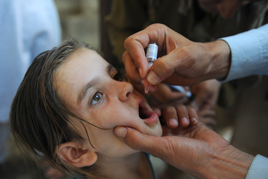 Afghan permanent transit team vaccinators gives drops of polio vaccine for the children who are in the move as the first day of Polio campaign starts in Asadabad centre of Kunar tense province of Afghanistan, 29 August 2016. WHO/JAWAD JALALI