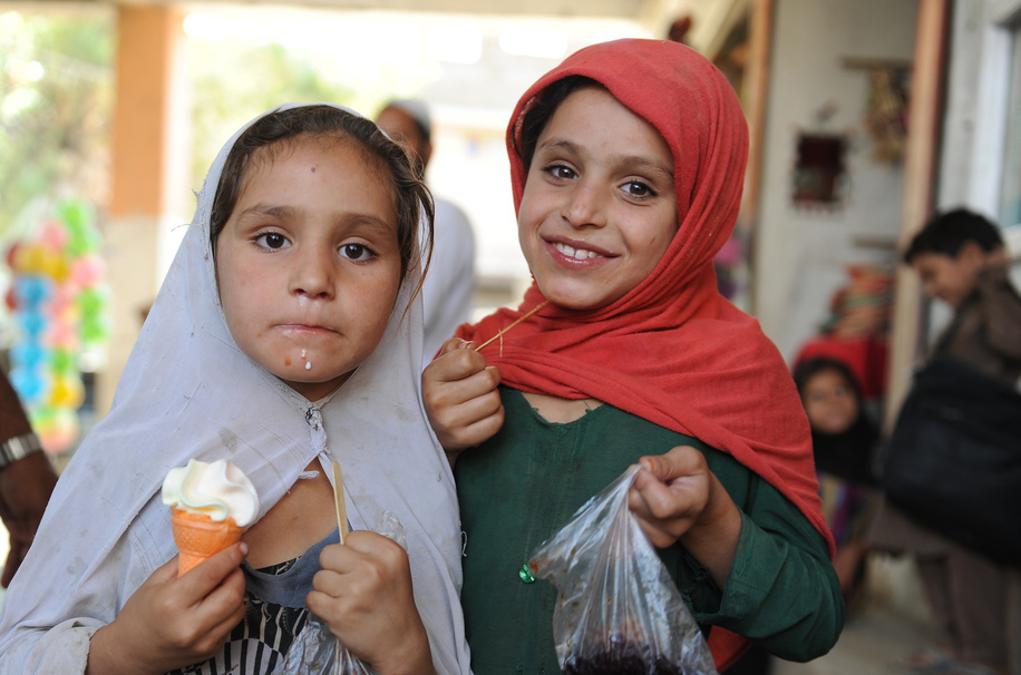 Afghan permanent transit team vaccinators observe as the children pose for a picture in the first day of Polio campaign starts in Asadabad centre of Kunar tense province of Afghanistan, 29 August 2016. WHO/JAWAD JALALI