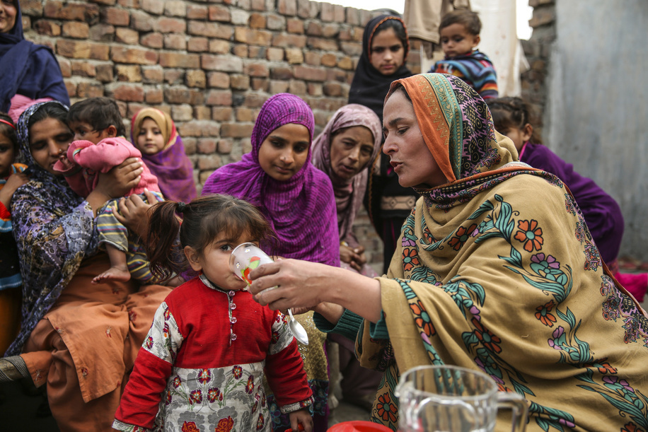 Azra Sabohi, Lady health Supervisor conducts a health session in that she demonstrate how to make ORS, in Main colony Sheikhpura district, Punjab province, Pakistan. Photographer: Asad Zaidi