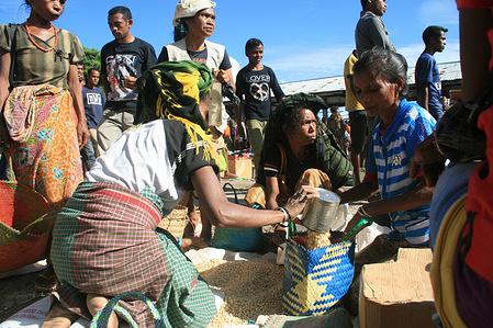 Livelihoods in Timor Leste  Women selling corn during the market day in Atsabe. - Caption has been provided by the photographer and has not been edited by technical units.
